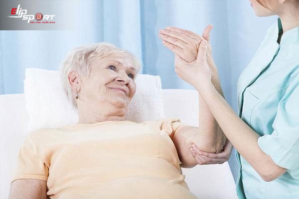 cách xoa bóp chân tay cho người già